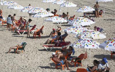 تصویر: با کاهش محدودیتها، مردم در ساحل شهر تل آویو دیده میشوند، ۱۸ اکتبر ۲۰۲۰.  (Miriam Alster/FLASH90)