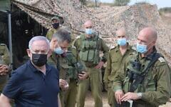 تصویر: بنیامین نتانیاهو نخست وزیر، راست، حین بازدید از تمرینات نظامی در شمال اسرائیل، ۲۸ اکتبر ۲۰۲۰.  (Amos Ben Gershom/GPO)