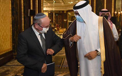 تصویر: «عبداللطیف بن رشید آل نهیان»، وزیر خارجه بحرین و« مئیر بن-شبات» مشاور امنیت ملی اسرائیل در مراسم امضای توافق صلح میان اسرائیل و بحرین، منامه، ۱۸ اکتبر ۲۰۲۰. (Haim Zach / GPO)