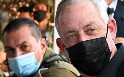 تصویر: بنی گانتز وزیر دفاع، راست، حین بازدید از مانور نظامی در شمال اسرائیل، ۲۷ اکتبر ۲۰۲۰.  (Tal Oz/Defense Ministry)