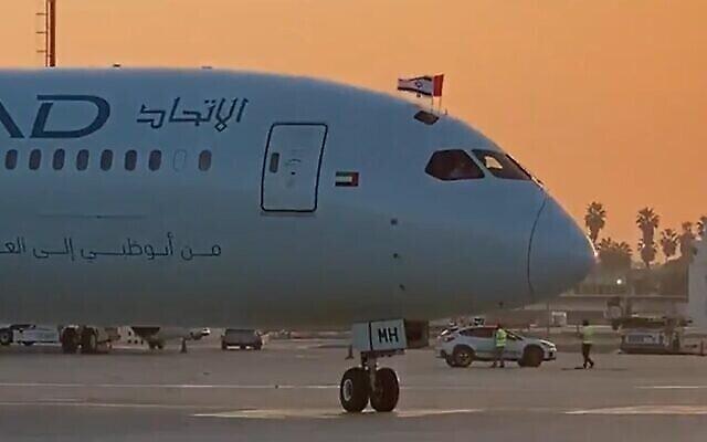 هواپیمای اتحاد در فرودگاه بن گوریون به زمین مینشیند، ۱۹ اکتبر ۲۰۲۰. (Screen grab/Kan)