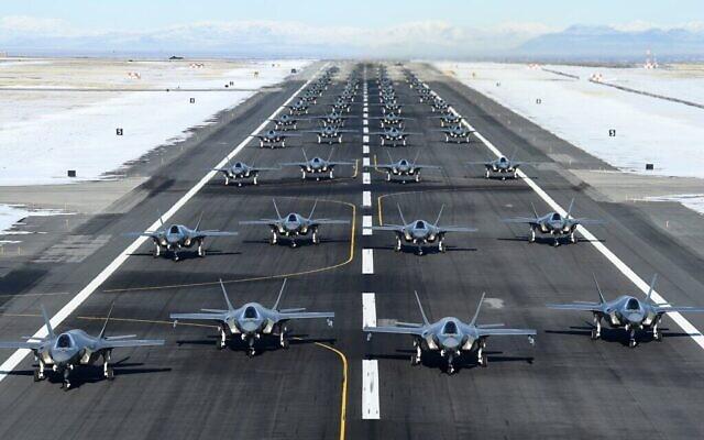تصویر: صف ۵۲ جت اف۳۵، منتظر پرواز آزمایشی در پایگاه نیروی هوایی هیل، اوتا، برای نمایش قدرت و آمادگی نبرد، در میان تنشهای میان ایالات متحده و ایران، ۶ ژانویه ۲۰۲۰.  (US Air Force/R. Nial Bradshaw/Twitter screen capture)