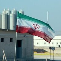 تصویر: پرچم جمهوری اسلامی بر فراز نیروگاه هسته ای بوشهر، ۱۰ نوامبر ۲۰۱۹. (Atta Kenare/AFP)