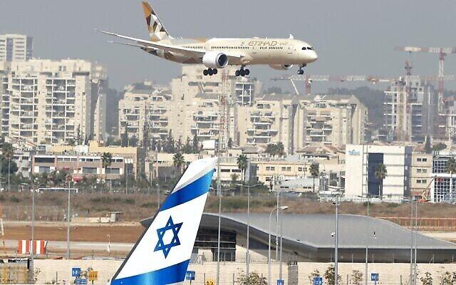 تصویر: هواپیمای خطوط هوایی اتحاد، حامل هیئت امارات متحده در اولین بازدید رسمی از اسرائیل، ۲۰ اکتبر ۲۰۲۰،  در فرودگاه بن گوریون، نزدیک تل آویو، به زمین می نشیند. . (JACK GUEZ / AFP)