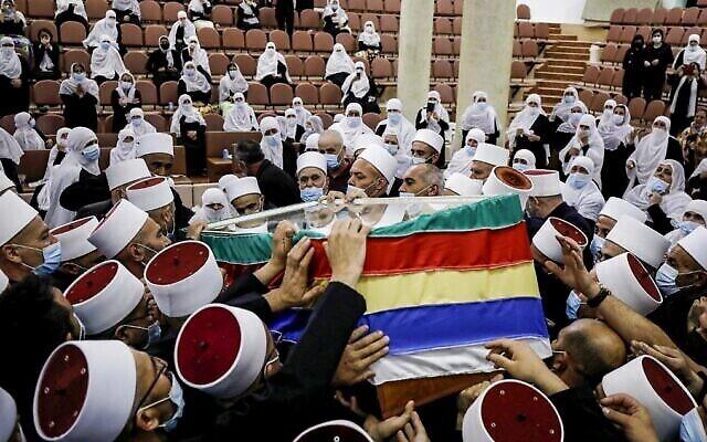 تصویر: اعضای جامعه دروز، علیرغم مقررات محدودیت شمار حاضران گردهمایی ها، حین تشییع تابوت رهبر معنوی خود، شیخ ابو زین الدین حسن حلبی در مراسم تشییع پس از آنکه جسدش را از بیمارستان ربودند، ۳۱ اکتبر ۲۰۲۰.  (Jalaa Marey/AFP)