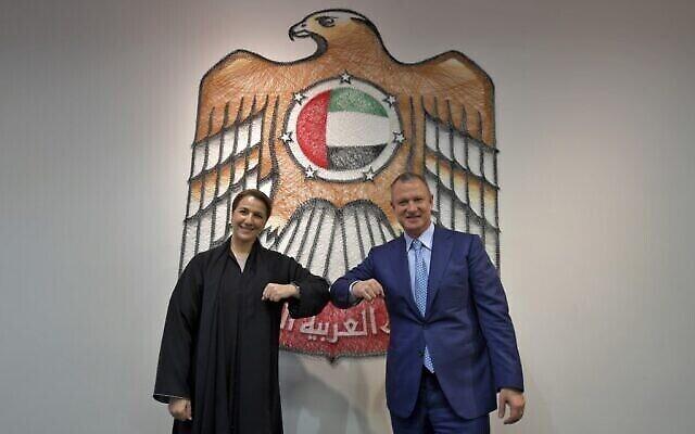 تصویر: در عکسی از ۲۷ اکتبر ۲۰۲۰، وزیر امنیت غذایی و آبی امارات، «مریم المهیری»، چپ، و «ارِل مارگالیت»، بنیانگزار و رئیس انجمن شرکای سرمایه گذاری اورشلیم (JVP),، حین خوشامدگویی به یکدیگر، در دفتر مرکزی شتاب دهنده های دولتی در دوبی. (Karim SAHIB / AFP)