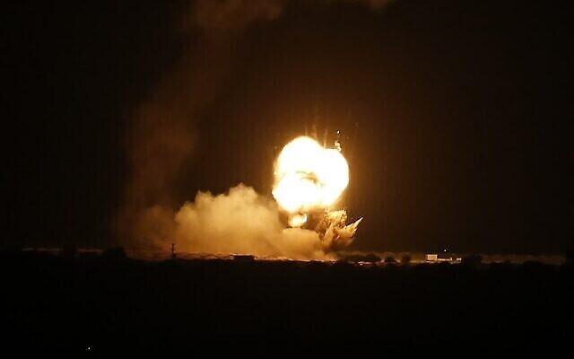 تصویر: شعله های آتش در پی بمباران هوایی شهر خان یونس در جنوب نوار غزه از سوی اسرائیل در سحرگاه ۲۲ نوامبر ۲۰۲۰ قابل مشاهده است. (SAID KHATIB / AFP)