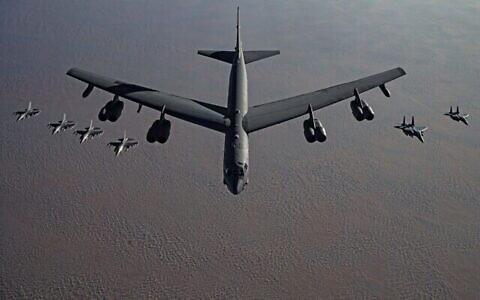 تصویر: یک بمب افکن ب ۵۲، در میان دو جت جنگنده، در تهدیدی آشکار علیه ایران به سمت خاورمیانه در پرواز است، ۲۱ نوامبر ۲۰۲۰. (US Air Force/Facebook)