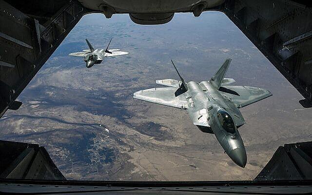 عکس تزئینی: دو راپتور اف۲۲ نیروی هوایی ایالات متحده در پرواز بر فراز سوریه، ۲ فوریه ۲۰۱۸.  (Air National Guard/ Staff Sgt. Colton Elliott via Department of Defense)