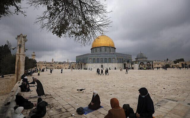 تصویر: مسلمانان در مقابل قبة الصخره در مسجد الاقصی، شهر قدیم اورشلیم،  برای نماز جماعت گرد آمده اند، ۶ نوامبر ۲۰۲۰. (AP Photo/Mahmoud Illean)