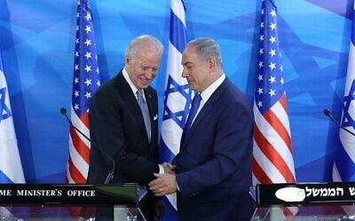 تصویر: بنیامین نتانیاهو نخست وزیر در کنفرانس مشترک مطبوعاتی با «جو بایدن» معاون ریاست جمهوری وقت ایالات متحده در اقامتگاه رسمی نخست وزیر در اورشلیم، ۹ مارس ۲۰۱۶، حین بازدید رسمی بایدن از اسرائیل و تشکیلات خودگردان فلسطینیان. (Amit Shabi/POOL)