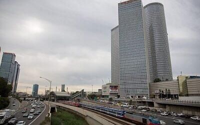 تصویر: خطوط آهن و «بزرگراه آیالون» در مرکز تل آویو، با پسزمینهٔ «برج های آزریلی»، ۱۸ دسامبر ۲۰۱۷.  (Miriam Alster/Flash90)