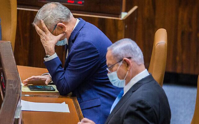 تصویر: بنی گانتز وزیر دفاع، چپ، بنیامین نتانیاهو نخست وزیر، حین رأی گیری در کنست، اورشلیم، ۲۴ اوت ۲۰۲۰.  (Oren Ben Hakoon/Flash90)