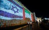 تصویر: انعکاس تصاویر پرچم های ایالات متحده، امارات متحد عربی، اسرائیل، و بحرین بر دیوارهای شهر قدیم اورشلیم، ۱۵ سپتامبر ۲۰۲۰. (Yonatan Sindel/Flash90)