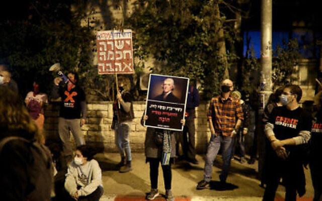تصویر: مردم در تظاهرات علیه بنیامین نتانیاهو نخست وزیر در اورشلیم، ۷ نوامبر ۲۰۲۰.  (Hadas Parush/Flash90)