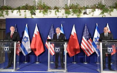 تصویر: از چپ به راست: مایک پمپئو وزیر خارجه ایالات متحده، بنیامین نتانیاهو نخست وزیر اسرائیل، عبداللطیف بن رشید الزیّانی وزیر خارجه بحرین در اقامتگاه نخست وزیر در اورشلیم. (Amos Ben Gershom/GPO)