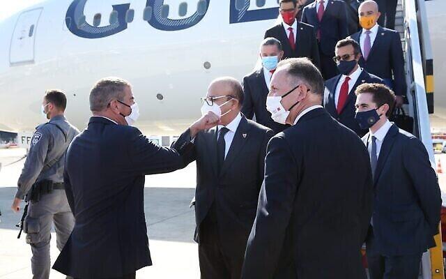 تصویر: اشکنازی وزیر خارجه، چپ، حین خوشامد به عبداللطیف الزیّانی وزیر خارجه بحرین حین ورود وی اسرائیل، ۱۸ نوامبر ۲۰۲۰. (Miri Shimonovich/MFA)