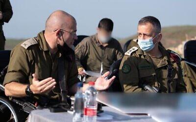 تصویر: آویو کوخاوی، فرمانده نیروهای دفاعی اسرائیل، راست، حین گفتگو با فرمانده لشکر ۲۱۰ «باشان»، مشرف به مرز سوریه، ۲۹ نوامبر ۲۰۲۰.