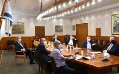 بنیامین نتانیاهو، چپ، در ریاست جلسه اضطراری وزرای ارشد برای اتخاذ تصمیم پیرامون مقررات مهار گسترش ویروس کرونا، ۱۶ ژوئیه ۲۰۲۰. (Chaim Tzach/GPO)