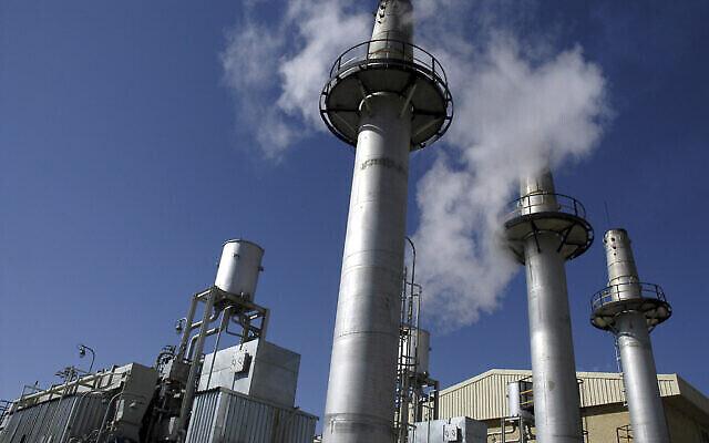 تصویر: نمای خارجی تأسیسات تولید آب سنگین اراک، ایران، ۳۶۰ کیلومتری جنوب غربی تهران، ۲۷ اکتبر ۲۰۰۴.  (AP Photo)