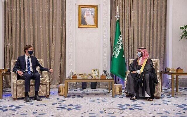 تصویر: محمد بن سلمان ولیعهد عربستان سعودی، راست، در دیدار با جراد کوشنر مشاور ریاست جمهوری ایالات متحده در ریاض، عربستان سعودی، ۱ سپتامبر ۲۰۲۰. (Saudi Press Agency via AP)