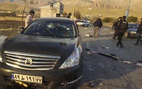 تصویر: در عکسی بالا که در خبرگزاری نیمه رسمی فارس منتشر شده، صحنه قتل محسن فخری زاده در آبسرد، شهری کوچک، درست در شرق تهران، مشاهده می شود، ایران، ۲۷ نوامبر ۲۰۲۰. (Fars News Agency via AP)