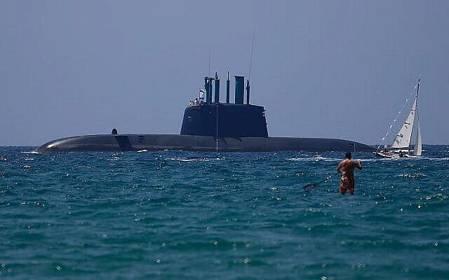 عکس تزئینی: یک زیردریایی اسرائیلی در «هفتادمین سالگرد روز استقلال» از هنگام تأسیس کشور در ۱۹۴۸، در دریا شناور راست، تل آویو، ۱۹ آوریل ۲۰۱۸. (AP/Ariel Schalit)