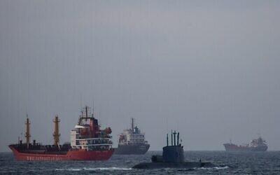 تصویر تزئینی: یک زیردریایی نظامی اسرائیل از مقابل کشتی های باری در دریای مدیترانه می گذرد، اسرائیل، ۲۹ دسامبر ۲۰۲۰. (AP Photo/Ariel Schalit)
