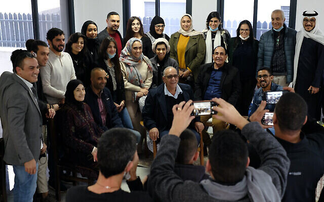 تصویر: اعضای هیئتی از بحرین و امارات متحد عربی در بازدید از اسرائیل، بهمراه ساکنان شهر بدوی «زرزیر» در مقابل دوربین ایستاده اند، ۱۶ دسامبر ۲۰۲۰. (Judah Ari Gross/Times of Israel)