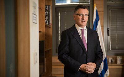 تصویر: گیدعون سعر، در دفتر خود در کنست، ۲۷ نوامبر ۲۰۱۹. (Yonatan Sindel/Flash90)