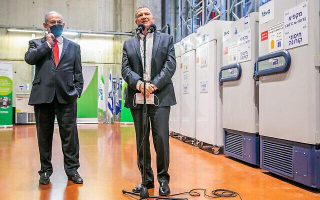 تصویر: بنیامین نتانیاهو نخست وزیر، چپ، و «یولی ادلشتاین» وزیر بهداشت حین بازداشت از «مرکز لجستیک دارویی تیوا» در «شوحام»، که قرار است واکسن های کرونا آنجا انبار شده و سپس به مراکز درمانی ارسال شود، ۲۶ نوامبر ۲۰۲۰. (Yossi Aloni/Flash90)