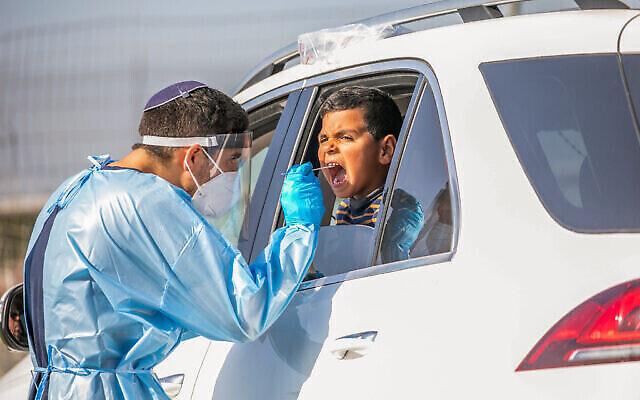 تصویر: کارکنان درمانی حین نمونه گیری از مردم اسرائیل برای تست احتمال ابتلا به ویروس کرونا در «لاد»، ۱ دسامبر ۲۰۲۰. (Yossi Aloni/Flash90)