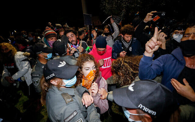 Police clash with Israelis protesting against Israeli prime minister Benjamin Netanyahu, in Jerusalem, on December 05, 2020. Photo by Olivier Fitoussi/Flash90 *** Local Caption ***