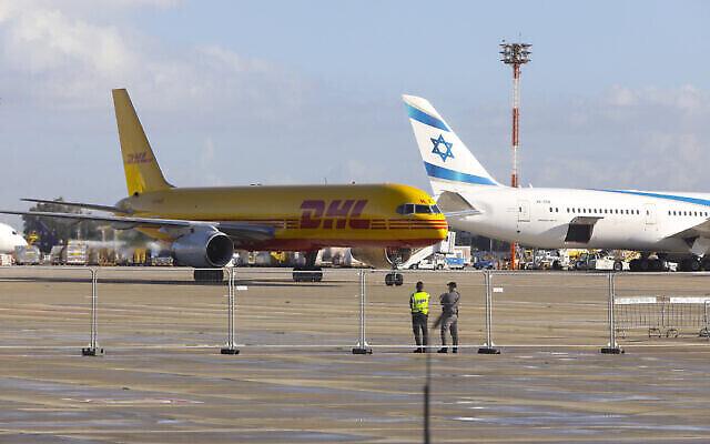 هواپیمای باربری دی.اچ.ال. حامل اولین محموله واکسن کوئید ۱۹ فایزر در فرودگاه بین المللی بن گوریون به زمین می نشیند، ۹ دسامبر ۲۰۲۰. (Marc Israel Sellem/POOL)