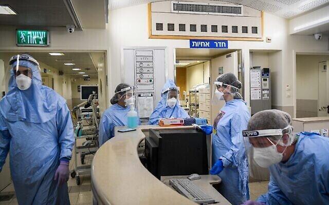 تصویر: کارکنان مرکز درمانی آخیلوف در واحد ویروس کرونای بیمارستان تل آویو، ۱۵ دسامبر ۲۰۲۰. (Flash90)