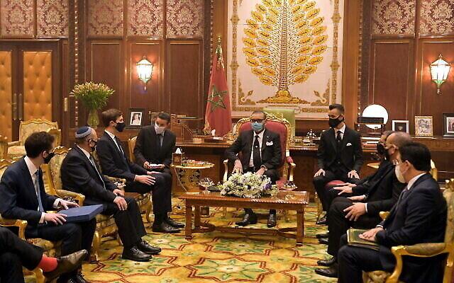 تصویر: مئر بن-شبات، مشاور امنیت ملی اسرائیل (دومی از چپ) و جراد کوشنر مشاور ارشد کاخ سفید (سومی از چپ)، در ملاقات با سلطان محمد ششم (وسط) در کاخ سلطنتی رباط، مراکش، ۲۲ دسامبر ۲۰۲۰.  (Amos Ben Gershom/GPO)