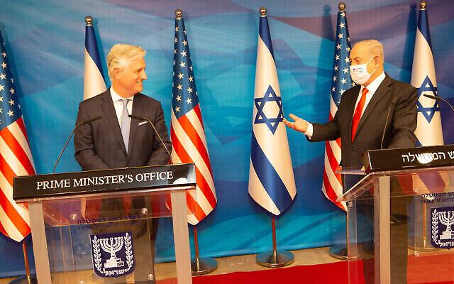 «رابرت اوبرایان»، مشاور امنیت ملی ایالات متحده، چپ، در ملاقات با بنیامین نتانیاهو در دفتر نخست وزیر، اورشلیم، ۱۳ دسامبر ۲۰۲۰. (courtesy US Embassy)