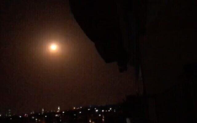 تصویر: موشک زمین به هوای سوری بر فراز جنوب سوریه در آسمان منفجر شد، ۳۱ اوت ۲۰۲۰. (SANA)