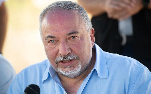 تصویر: «آویگدور لیبرمن» نماینده کنست در ملاقات با رهبران شهرک نشینان در کرانه غربی، ۶ سپتامبر ۲۰۲۰.  (Sraya Diamant/Flash90)