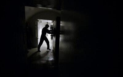 عکس تزئینی: یک درب مقاوم به اتاق کنترل زیر زمینی که در تأسیسات کنترل پرتاب ICBM باز می شود، در نزدیکی مینوت، داکوتای شمال، ۲۴ ژوئیه ۲۰۱۴.  مقامات ایالات متحده می ترسند اطلاعات تأسیسات آمریکایی و هسته ای در حمله عظیم سایبری که به روسیه مرتبط دانسته می شود، هک شده باشد. (AP Photo/Charlie Riedel, File)