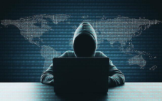تصویر تزئینی: هکری در حال استفاده از لپ تاپ با پسزمینه نقشه آبستره کد دودویی.  (Peshkov/ iStock, by Getty Images)