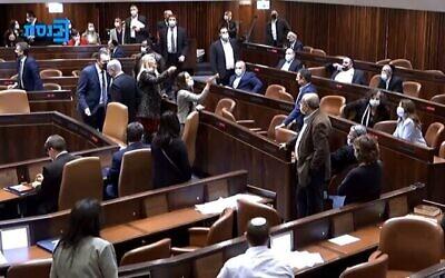 تصویر: اعضای کنست پس از شکست لایحه ای که احتمال داشت جلو انتخابات را بگیرد، سر هم داد می کشند، ۲۱ دسامبر ۲۰۲۰. (Knesset channel screenshot)