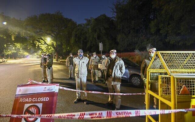 تصویر: در پی انفجار ۲۹ ژانویه ۲۰۲۱ در نزدیکی سفارت اسرائیل در دهلی نو، پلیس خیابان را مسدود کرده است.  (Photo by Sajjad HUSSAIN / AFP)