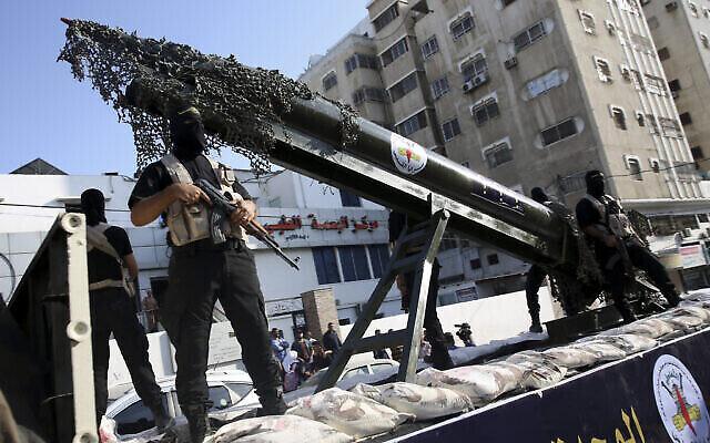 تصویر: اعضای فلسطینی بریگادهای قدس، شاخه نظامی گروه تروریستی جهاد اسلامی، حین رژه با ماکت راکت بر روی کامیون، که برای اعلام وفاداری به زیاد النخاله، رهبر تازهٔ جنبش فلسطینی تحت حمایت ایران در خیابان های غزه رژه رفتند، پنجشنبه ۴ اکتبر ۲۰۱۸. (AP Photo/Adel Hana)