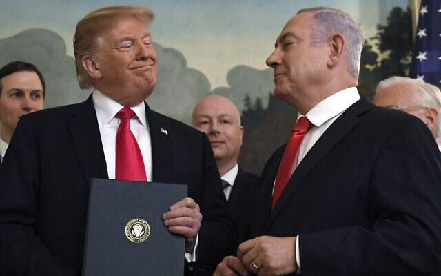 تصویر: در عکسی از ۲۵ مارس ۲۰۱۹، دونالد ترامپ، چپ، پس از امضای سند به رسمیت شناختن بلندی های جولان به عنوان بخشی از قلمرو اسرائیل، در اتاق پذیرایی دیپلماتیک کاخ سفید واشنگتن، با لبخند به بنیامین نتانیاهو نخست وزیر اسرائیل نگاه می کند. (AP Photo/Susan Walsh)