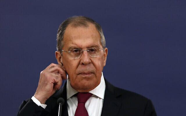 تصویر: سرگئی لاوروف وزیر خارجه روسیه حین گوش دادن به سخنان آلکساندر ووسیک رئیس جمهور صربستان در کنفرانس مطبوعاتی مشترک در بلگراد، صربستان، ۱۸ ژوئیه ۲۰۲۰. (AP Photo/Darko Vojinovic)