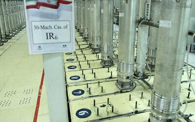تصویر: در عکسی که سازمان اتمی هسته ای ایران در ۵ نوامبر ۲۰۱۹ منتشر کرد، دستگاه های سنتریفیوژ در تأسیسات غنی سازی اورانیوم نطنز، ناحیه مرکزی ایران، مشاهده می شود.  (Atomic Energy Organization of Iran via AP, File)