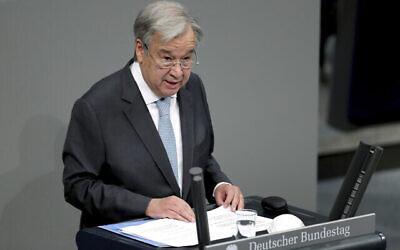 تصویر: آنتونیو گوترش، دبیرکل سازمان ملل متحد، حین سخنرانی در جلسه ای در باندستاگ، پارلمان آلمان فدرال، ساختمان ریشتاگ، برلین، آلمان، جمعه ۱۸ دسامبر ۲۰۲۰. (AP Photo/Michael Sohn)