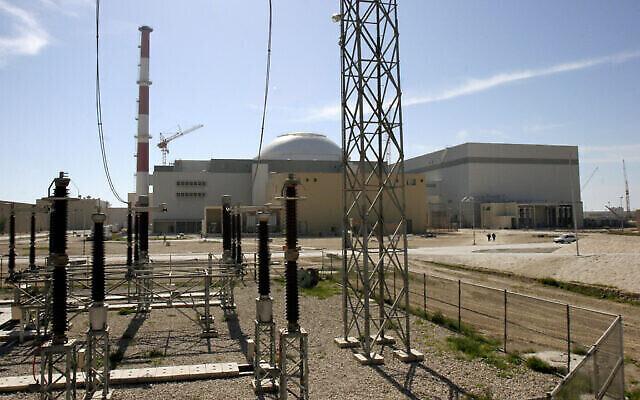 تصویر: در عکسی از یکشنبه ۲۶ فوریه ۲۰۰۶، بنای رآکتور ایران در نیروگاه هسته ای بندر بوشهر دیده می شود. (AP Photo/Vahid Salemi, File)