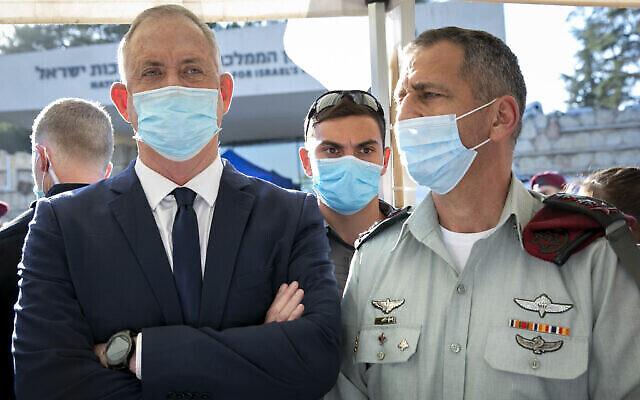 تصویر: بنی گانتز وزیر دفاع، چپ، و سپهبد آویو کوخاوزی رئیس ستاد نیروهای دفاعی، اورشلیم، ۲ ژوئیه ۲۰۲۰.  (Olivier Fitoussi/Flash90)